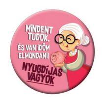 Mindent Tudok és van…. Nyugdíjas - Rózsaszín Kitűző Hölgyeknek - 5,5 cm